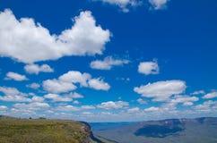 Cloudscape ovanför den härliga bergsikten av Jamison Lookout på Wentworth Falls royaltyfri fotografi