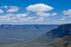 Cloudscape ovanför den härliga bergsikten av Jamison Lookout på Wentworth Falls, New South Wales, Australien arkivbilder