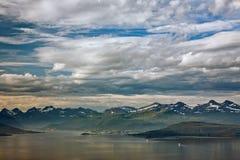 Cloudscape over de bergen in Molde, Noorwegen Stock Afbeeldingen
