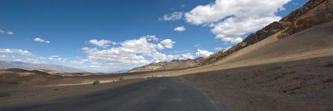 Cloudscape over weg in de Woestijn van de Doodsvallei, Californië Stock Afbeelding