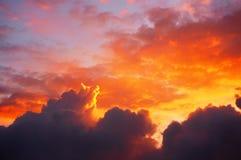 Cloudscape på solnedgången med röda moln Royaltyfria Bilder
