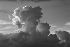 Cloudscape på soluppgång med det dramatiska molnet Arkivfoto