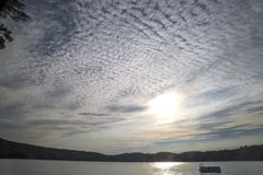 Cloudscape przy jeziorem Zdjęcia Royalty Free