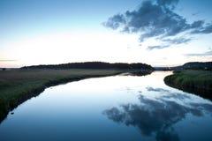 cloudscape reflekterad flod Arkivfoton