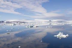 Cloudscape reflekterade i Antarktisljud Royaltyfri Foto