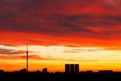 Cloudscape rojo oscuro dramático de la salida del sol Foto de archivo libre de regalías