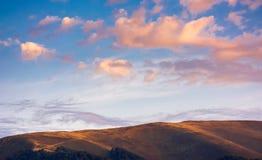 Cloudscape rougeâtre au-dessus du dessus de montagne photographie stock libre de droits