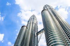 Cloudscape sikt av de Petronas tvillingbröderna på KLCC-centret Den populäraste turist- destinationen i malaysisk huvudstad Royaltyfria Bilder