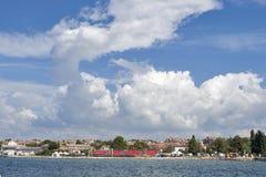 Cloudscape sobre a arquitetura da cidade de Porec Foto de Stock Royalty Free