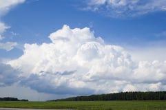 Cloudscape sobre bosque foto de archivo