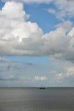 Cloudscape sobre el lago con el barco Imágenes de archivo libres de regalías