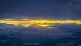 Cloudscape sobre salida del sol con los rayos de la sol fotos de archivo