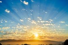 Cloudscape-Sonnenaufgang über nebeligem Tal stockfotos