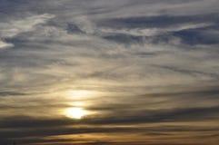 Cloudscape splendido degli strati di tramonto immagine stock