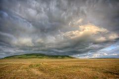 Cloudscape tempestoso sopra il campo di estate Fotografia Stock
