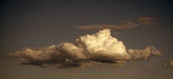 Cloudscape, tempo, cielo di ecologia dell'ambiente della natura di clima con le nuvole su fondo blu fotografia stock libera da diritti