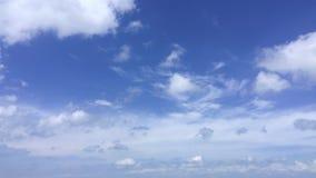 Cloudscape a tiempo pasa en el horizonte ventoso azul diario almacen de video