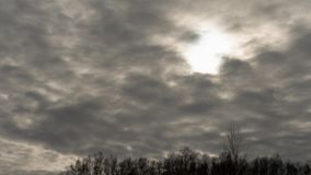 Cloudscape timelapse Σπάσιμο ήλιων μέσω της μάζας σύννεφων απόθεμα βίντεο