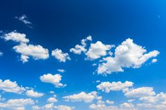 Cloudscape tło jaskrawy niebieskie niebo Zdjęcia Stock