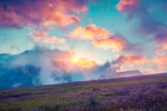 Cloudscape variopinto di estate nella valle nebbiosa di Val di Fassa Immagine Stock