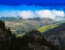 Cloudscape vif horizontal en montagnes de haute altitude images libres de droits