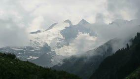 cloudscape von europäischen Alpen in Tirol, Österreich Tauern-Gebirgszug Gerlos-Reservoir stock footage