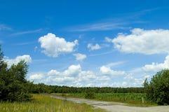 Cloudscape y campos coloridos Fotografía de archivo libre de regalías