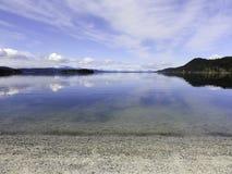 Cloudscape z odbiciem w wodzie Zdjęcia Royalty Free