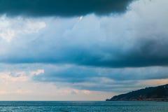 Cloudscape z równoległymi dżdżystymi chmurami Obrazy Stock