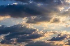 Clound och guld- soluppgång Arkivbilder