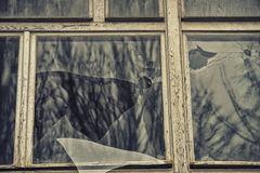 残破的玻璃窗反射的clounding的天空 库存照片