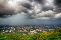 Clounds de la tormenta sobre la ciudad Foto de archivo libre de regalías