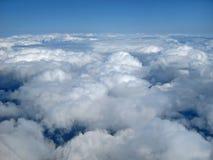 Clounds e céu azul da perspectiva do ar meados de imagem de stock