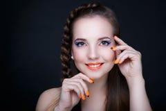 Clous d'orange de femme photographie stock