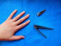 Clous de coupe de la main sur une serviette bleue images libres de droits