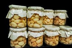Clous de girofle d'ail marinés dans des pots en verre photos libres de droits