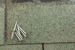 Clous de toiture sur le bardeau image stock