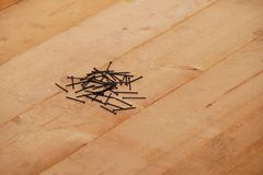 Clous en acier sur le bois Photo libre de droits