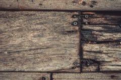 Clous en métal de rouille sur la texture en bois photo libre de droits