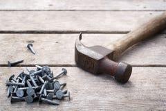 Clous et marteau images stock