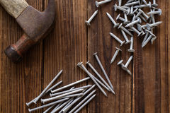 Clous et marteau photographie stock libre de droits