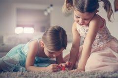 Clous peints par soeurs ensemble Deux petites filles Images stock