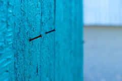 Clous rouillés dans le mur en bois superficiel par les agents photo stock