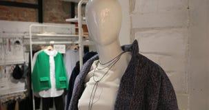 Clous-up одетого манекена в женском магазине одежды видеоматериал