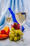 Clouse杯白葡萄酒和蓝色瓶 免版税库存照片