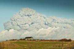 Clouse da casa de verão a volcan Imagem de Stock