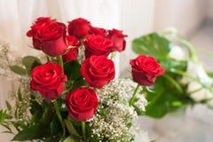 clouse encima del ramo de rosa del rojo Imagen de archivo