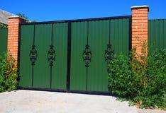 Clouse herauf grünes Metall-Profil-Tor mit dekorativem Tor und Tür in der alten Stilett-Art Stockfotos