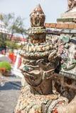 Clouse omhoog van het standbeeld van de Demonbeschermer bij Wat Arun-tempel in Bangkok Stock Afbeelding