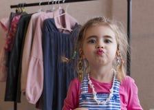 Clouse-op achtergrond van het portret de emotionele meisje van een klerenrek Royalty-vrije Stock Afbeeldingen